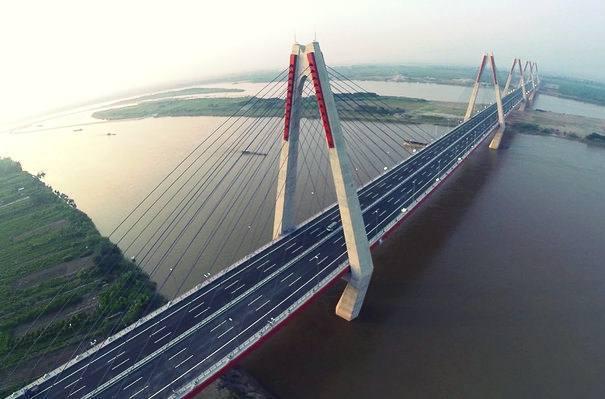 Tận mắt ngắm cầu Nhật Tân từ dưới Sông Hồng