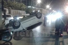 Hà Nội: Xe con chở cả nhà bất ngờ mất lái lật nhào