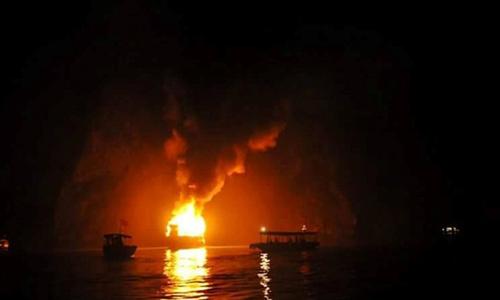 Tàu chở 16 khách nước ngoài cháy trên vịnh Hạ Long