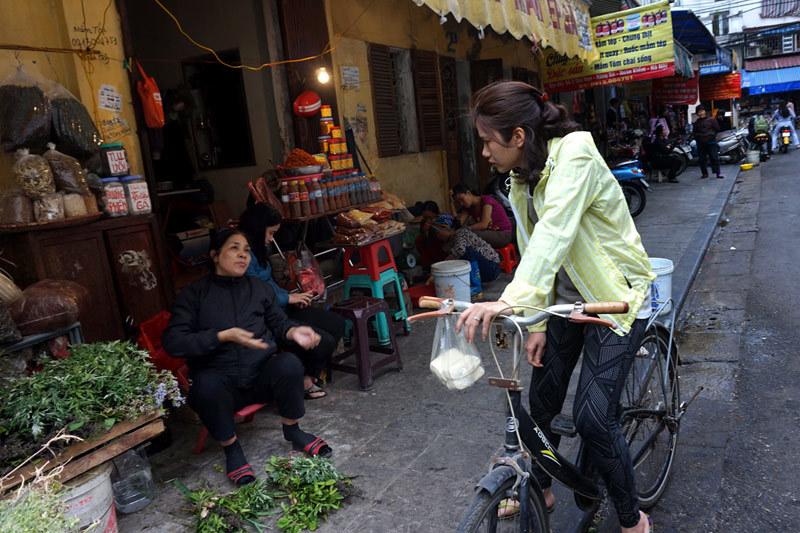 Đi chợ 'chống chân không nhấc mông': Kiểu riêng dân Việt
