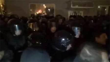 Hàng trăm người cố xông vào dinh Tổng thống Ukraina