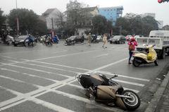 'Xe điên' đâm 3 xe máy rồi bỏ chạy, 5 người nhập viện