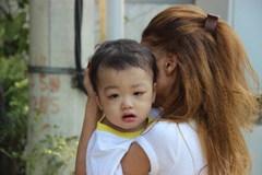 Cháu bé 2 tuổi bị bỏ rơi được trao trả về gia đình