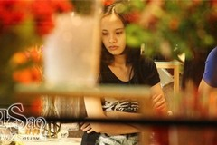 Paparazzi: Diễm Hương để mặt mộc, ngồi xe máy đi mua hoa
