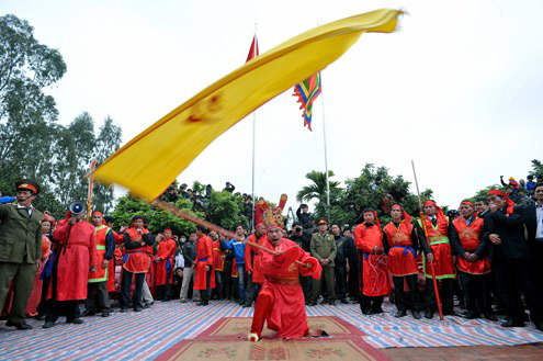 Văn hóa Việt, nhưng hễ 'nước ngoài' chê là ầm ĩ?