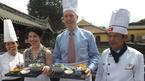 Đại sứ Mỹ say sưa nấu bún bò Huế