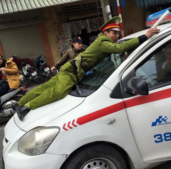 Taxi hất cảnh sát lên nắp capo chạy hàng trăm mét