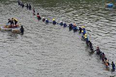 Thợ lặn kết thành lưới tìm 8 người mất tích
