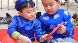 Xem trò tiểu học chia sẻ yêu thương