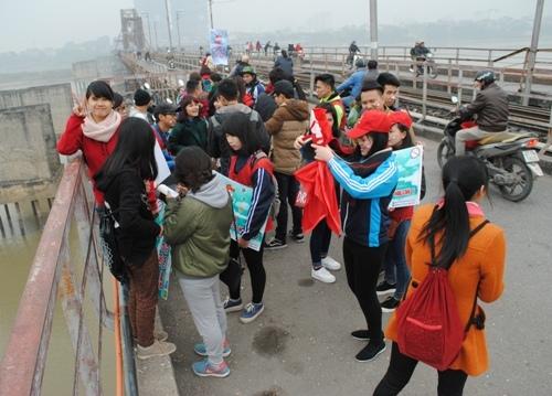 Sinh viên xếp hàng dọc 'đường Táo quân'