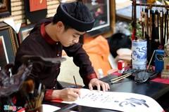 Ông đồ 9X điển trai hút khách đến chụp hình tại Sài Gòn