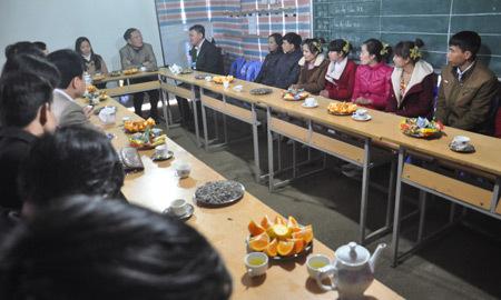 Bộ trưởng Giáo dục tặng gạo cho thầy trò ăn Tết