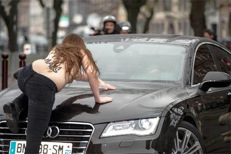 Cựu Tổng giám đốc IMF bị phụ nữ ngực trần tấn công