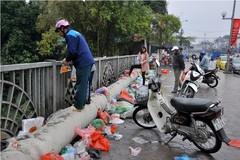 Sốc với cảnh rác ngập thành cầu sau lễ thả cá chép tiễn ông Táo