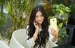 Thiếu nữ xinh như mộng làm dáng với smartphone