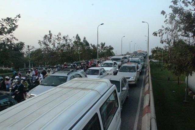 Đường phố, bến xe Sài Gòn kẹt cứng dòng người về quê