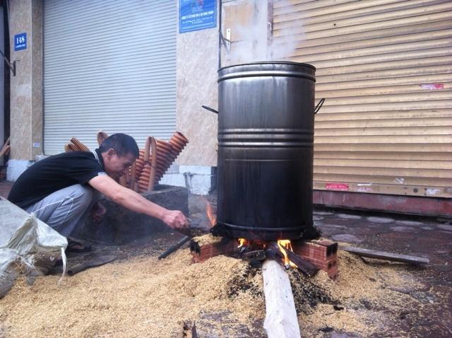 Người Hà Nội háo hức luộc bánh chưng trên vỉa hè