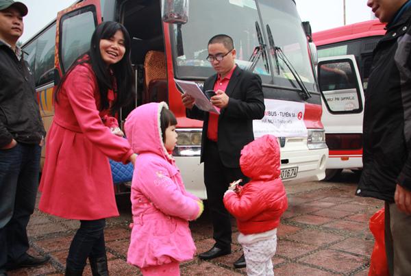 Việc cuối năm Giáp Ngọ của sếp: Lo xe cho nhân viên về quê