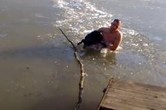 Bơi xuống hồ băng cứu chó cưng