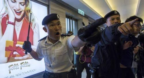 """Khách Trung Quốc bị dân Hồng Kông """"quây"""""""