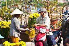 """Chiều 30 Tết người dân đổ xô mua hoa, trái """"đại hạ giá"""""""