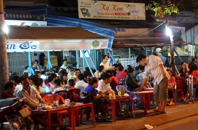 Sài Gòn: Xếp hàng chờ để được nhậu đầu năm