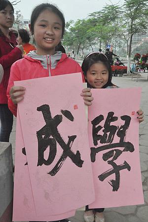 Xếp hàng xin chữ ở đình thờ nhà giáo Chu Văn An