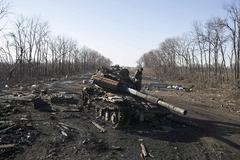 Vũ khí hạng nặng vẫn chưa được rút khỏi đông Ukraina
