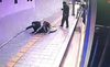 """Hố tử thần """"nuốt chửng"""" người đi bộ trên phố Seoul"""