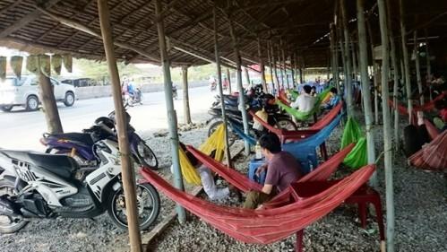 Đĩa cơm bình dân gần 100.000 đồng ven quốc lộ