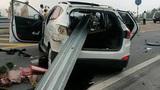 Đâm vào dải phân cách, ô tô bị xuyên toạc trên cao tốc Lào Cai