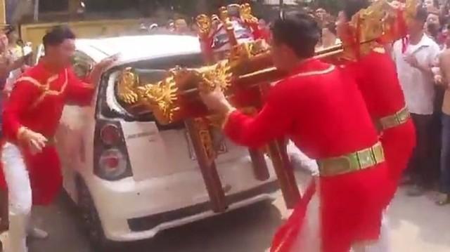 'Kiệu quay 'húc' vỡ ô tô': Dân mạng nhốn nháo, dân sở tại bức xúc
