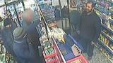 Chủ cửa hàng dũng cảm dùng gậy đuổi cướp có súng