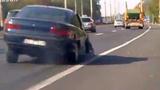 Tài xế say lái ô tô mất 1 bánh trên xa lộ