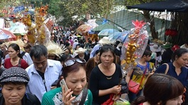 Hội Chùa Hương: Dâng cúng đồ mặn, ăn uống tràn lan nơi cửa Phật