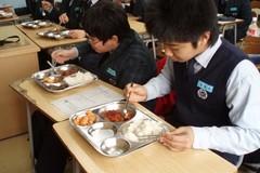 Những điều thú vị về bữa trưa ở trường của trẻ em Hàn Quốc