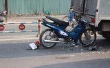 Va chạm kinh hoàng, xe máy ghim đầu vào đuôi ô tô
