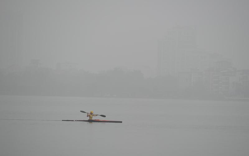 Giữa trưa, Hà Nội vẫn bị sương mù bao phủ