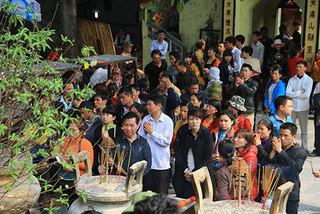Đầu năm chen chân 'vay nợ' đền Bà Chúa Kho