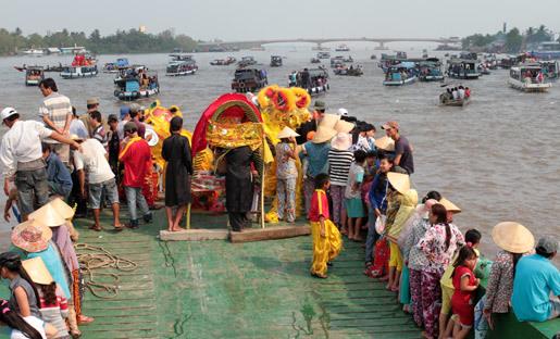 Cảnh 'ném nước' cầu an hiếm gặp trên sông Cần Thơ