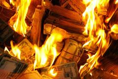 Chồng giấu 460 triệu vào bếp lò, vợ đốt rụi