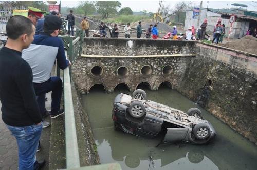 Hà Nội: Xe sang Audi Q7 lộn nhào xuống mương