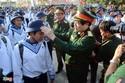 Bộ trưởng Quốc phòng chỉnh quân phục cho tân binh