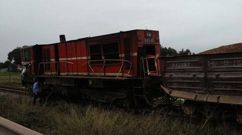 Nóng: Tàu hỏa đâm xe tải, 5 toa bị lật - 3