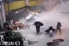 Tai nạn khủng khiếp ở TQ: nổ pháo hất bé gái xuống hố ga