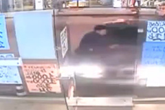 10 clip 'nóng': Ô tô đâm người xuyên qua cửa kính