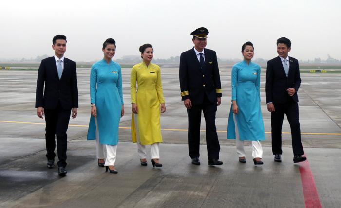 Ngắm đồng phục mới gây tranh cãi của Vietnam Airlines