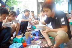 Xếp hàng, ăn đứng: Gu ăn uống khổ sở của người Hà Nội