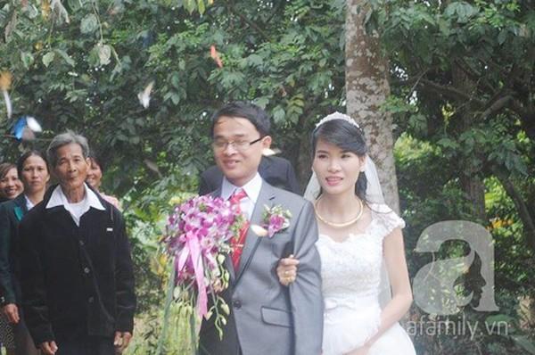 Rơi lệ trước tình yêu phi thường của cô gái 9X và người chồng khiếm thị