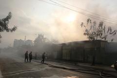 Cháy lớn thiêu rụi xưởng giấy bị khóa trái cửa